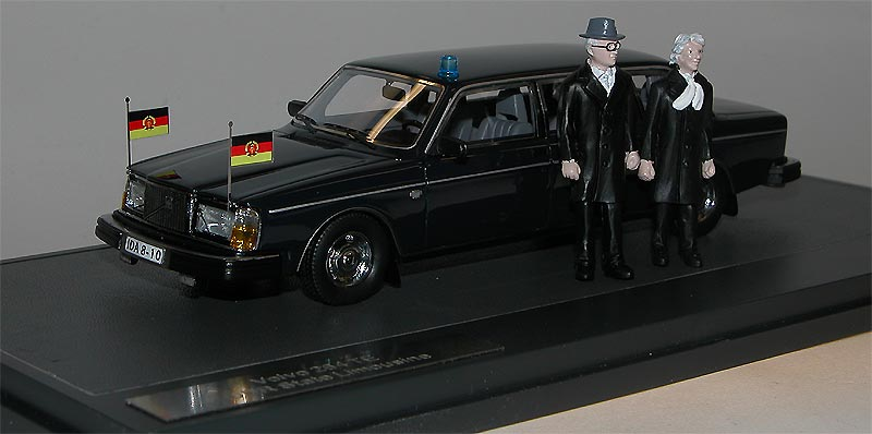 MATRIX-Scale-Models-Volvo-264-TE-Honecker-Limousine-DDR-mit-Figuren-1-43